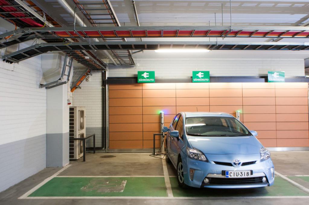 Plug-in Prius parkkeerattuna Kannelmäen Prisman sähköauton latauspisteelle.